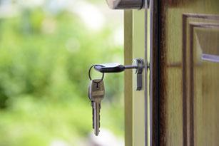 llave puesta en la pierta de una vivienda en venta