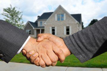 apretón de manos cerrando la compra de una casa