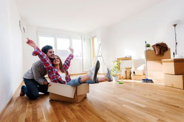 pareja que acaba de alquilar un piso