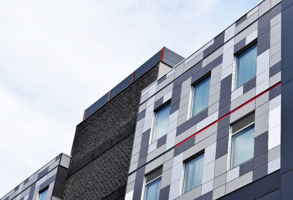 vivienda con revestimiento de fachada para el aislamiento térmico