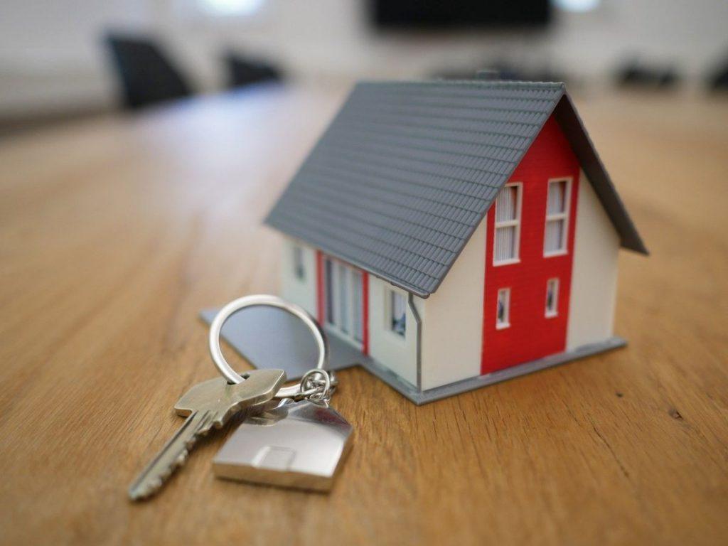 maqueta de vivienda nueva con llaves al lado