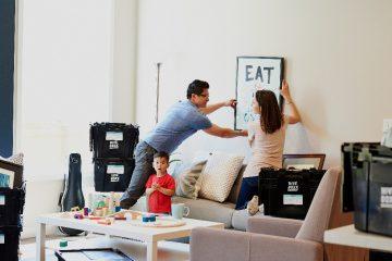 familia de inquilinos en vivienda de alquiler